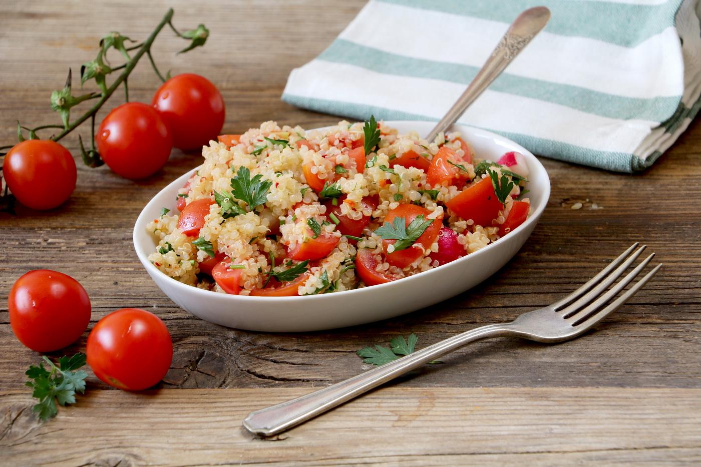 סלט קינואה עגבניות שרי וצנון